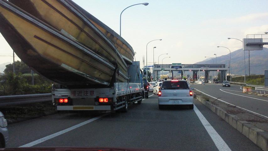 高速道路を舟が疾走?!
